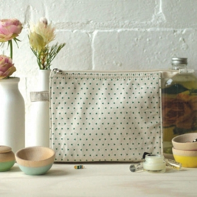 W400-H400-709_productggreen-triangle-print-linen-make-up-bag.png